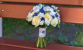 Бело-синий свадебный букет невесты из роз и васильков