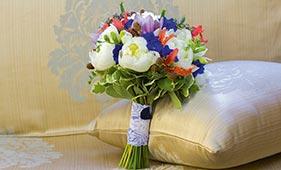 Бело-красно-синий свадебный букет невесты с пионами