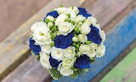 Свадебный букет невесты из синих и белых роз