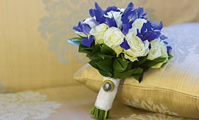Бело-синий свадебный букет невесты из роз и ирисов