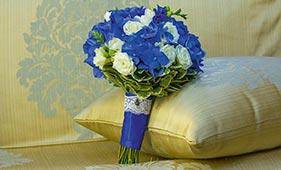 Свадебный букет невесты из синей гортензии и белых роз