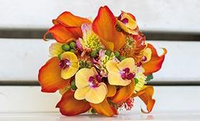 Желто-оранжевый свадебный букет невесты из калл и орхидей