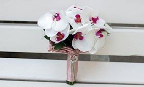 Свадебный букет невесты из белых орхидей