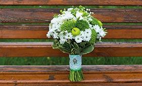 Бело-зеленый свадебный букет невесты