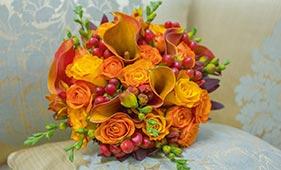 Свадебный букет невесты из оранжевых роз и калл