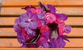 Розово-фиолетовый свадебный букет невесты из орхидей и роз