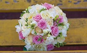 Бело-розовый свадебный букет невесты из роз и фрезий