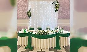 Свадебная цветочная композиция на стол молодоженов из белых роз