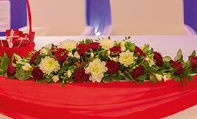 Свадебная цветочная композиция на стол молодоженов из красных роз и белых хризантем