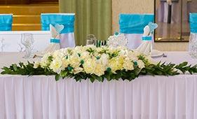 Свадебная цветочная композиция на стол молодоженов из белых роз и пионов
