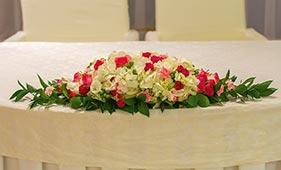 Бело-розовая Свадебная цветочная композиция на стол молодоженов из роз и лизиантусов