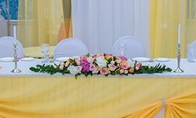 Бело-кремово-розовая Свадебная цветочная композиция на стол молодоженов из роз и гортензий