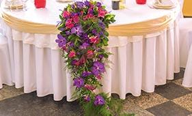 Розово-фиолетовая Свадебная цветочная композиция на стол молодоженов из калл и орхидей