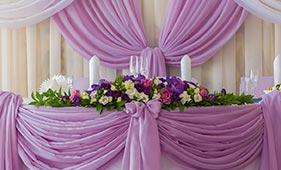 Бело-фиолетовая Свадебная цветочная композиция на стол молодоженов из роз и лизиантусов