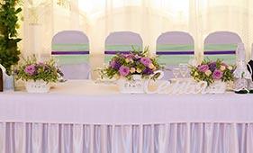 Розово-сиреневая Свадебная цветочная композиция на стол молодоженов в горшочках