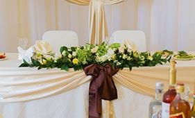 Свадебная цветочная композиция на стол молодоженов из белых роз и зеленых гортензий