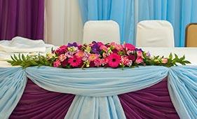 Свадебная цветочная композиция на стол молодоженов с герберами