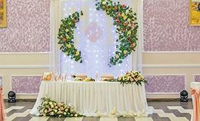 Свадебная цветочная композиция на стол молодоженов из белых и розовых роз