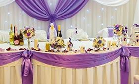 Бело-сиреневая Свадебная цветочная композиция на стол молодоженов на подсвечниках