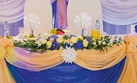 Свадебная цветочная композиция на стол молодоженов из синих гортензий и белых роз