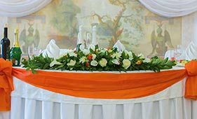 Свадебная цветочная композиция на стол молодоженов из белых роз и белых калл
