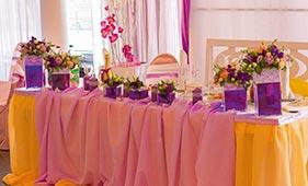 Бело-сиреневая Свадебная цветочная композиция на стол молодоженов в квадратных вазах