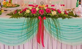 Свадебная цветочная композиция на стол молодоженов с розовыми герберами