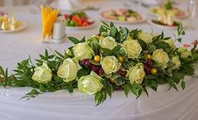 Свадебная цветочная композиция на стол молодоженов из белых рози ягод