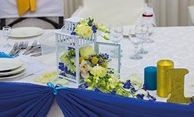 Бело-синяя Свадебная цветочная композиция на стол молодоженов в фонариках