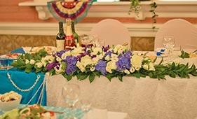 Бело-сиреневая Свадебная цветочная композиция на стол молодоженов из роз и гортензий