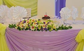Свадебная цветочная композиция на стол молодоженов из лизиантусов и гербер