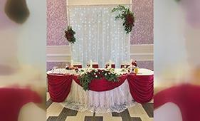 Свадебная цветочная композиция на стол молодоженов из красных роз
