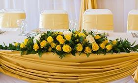 Свадебная цветочная композиция на стол молодоженов из желтых роз