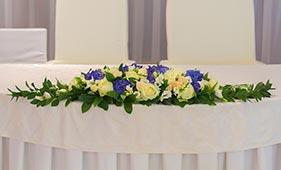 Бело-синяя Свадебная цветочная композиция на стол молодоженов из роз и гортензий