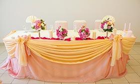 Бело-розовая Свадебная цветочная композиция на стол молодоженов на подсвечниках