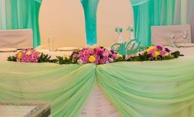 Свадебная цветочная композиция на стол молодоженов из роз лизиантусов и гвоздик
