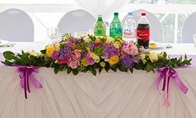 Свадебная цветочная композиция на стол молодоженов с сиреневой гортензией