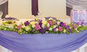 Бело-розово-сиреневая Свадебная цветочная композиция на стол молодоженов из роз и лизиантусов