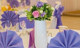 Свадебная цветочная композиция на стол гостей из белых и розовых роз