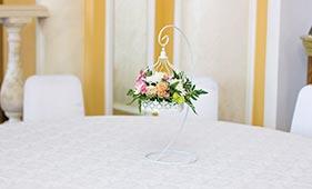 Свадебная цветочная композиция на стол гостей в повесной клетке
