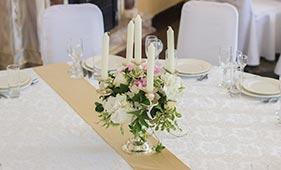 Свадебная цветочная композиция на стол гостей из гортензий на канделябре