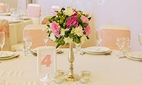 Бело-розовая Свадебная цветочная композиция на стол гостей из хризантем на подсвечнике
