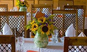 Свадебная цветочная композиция на стол гостей из желтых подсолнухов