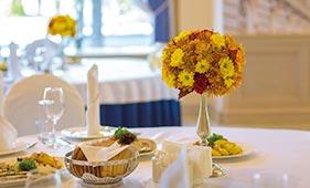 Свадебная цветочная композиция на стол гостей на подсвечниках в виде шара из хризантем