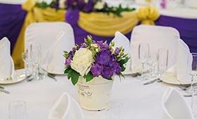 Бело-фиолетовая Свадебная цветочная композиция на стол гостей из гортензий в горшочке