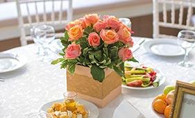 Свадебная цветочная композиция на стол гостей из персиковых роз в деревянном ящике