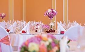 Бело-розовая Свадебная цветочная композиция на стол гостей из гортензий в мартинке