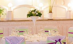 Свадебная цветочная композиция на стол гостей из роз и хризантем в высокой мартинке