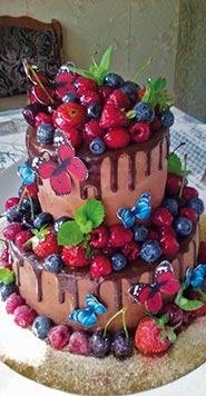 Шоколадный свадебный торт с фруктами