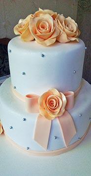 Бело-оранжевый свадебный торт с розочками